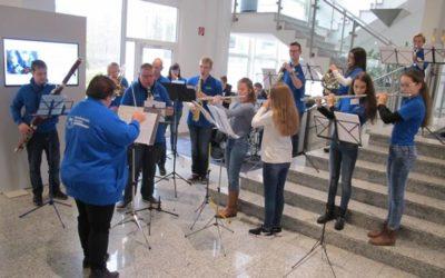 Das Jugendorchester bei der Weihnachtsfeier von Schuler Pressen